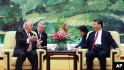 Menlu AS Rex Tillerson (kiri) bertemu dengan Presiden China Xi Jinping di Beijing, Sabtu, 30 September 2017.