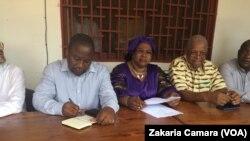 De gauche à droite, Paul Nsapu, secrétaire général adjoint de la Fédération internationale des droits de l'Homme (FIDH), Asmaou Diallo, présidente de l'Association des Victimes, Parents et Amis du 28 Septembre (AVIPA) et Malal Diallo président de l'Associ