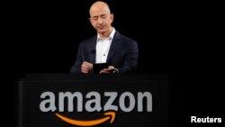2012年12月6日亚马逊创办人杰弗里•贝索斯在加州的一个产品演示会上。(资料照片)