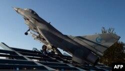 Chiến đấu cơ J-10 của Trung Quốc. Quân đội Trung Quốc đã phái máy bay đến tuần tiễu khu vực nhận dạng phòng không mà họ mới thiết lập ở Biển Hoa Ðông.