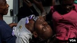 Seorang wanita penderita kolera dibawa ke rumah sakit di pinggiran ibukota Port-au-Prince, Haiti.