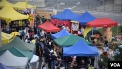 添美藝墟發言人洪小姐表示,參觀的人數比她預期多,但不能夠重新聚集去年數以萬計的雨傘運動人潮 (美國之音湯惠芸拍攝)