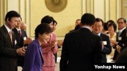 박근혜 한국 대통령이 21일 오후 청와대 영빈관에서 열린 재외공관장 초청 만찬에 입장하고 있다.