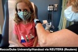 Sedmogodišnja Lidija Melo prima jednu od dve umanjene doze Fajzer/Bajontek vakcine u okviru probe za decu od 5 do 11 godina