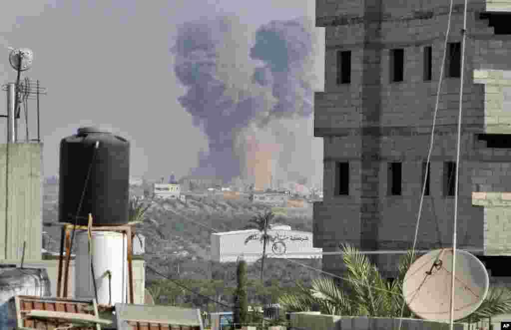 Khói bốc lên sau vụ tấn công của Israel ở phía đông thành phố Gaza, nhìn thấy từ trại tị nạn Bureij, ngày 20/11/2012.