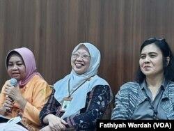 Direktur Pencegahan dan Pengendalian Penyakit Menular Langsung Kementerian Kesehatan Wiendra Waworuntu (kiri) dalam jumpa pers di kantornya di Jakarta, Rabu, 5 Februari 2020. (Foto: Fathiyah Wardah/VOA)