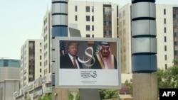 Une bannière du président américain Donald Trump et du roi Salmane sur une route à Riyad, le 19 mai 2017.