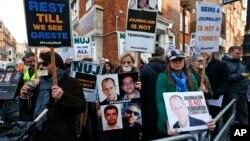 Các ký giả Anh biểu tình, bên kia đường nơi đại sứ quán Ai Cập tọa lạc ở London, yêu cầu bảo vệ các nhà báo ở Ai Cập, 19/2/14