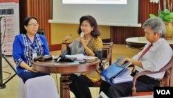 Dirjen Informasi dan Diplomasi Publik Kemlu, Esti Andayani (tengah) menjelaskan tentang penyelenggaraan Bali Democracy Forum di Kementerian Luar Negeri, Jakarta hari Senin, 30/11 (VOA/Fathiyah).