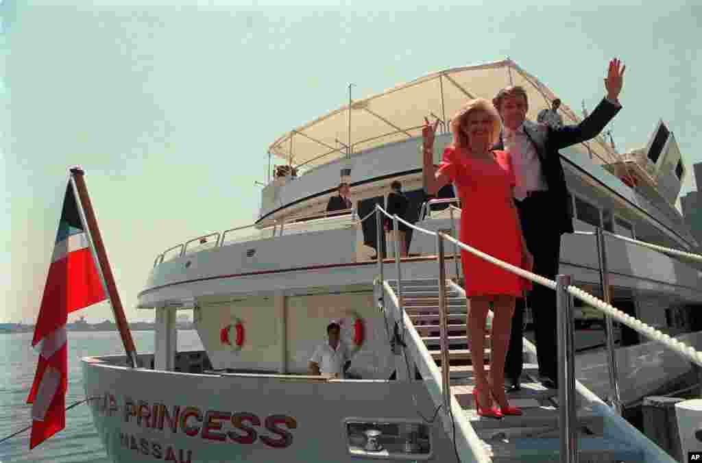دونالد ترامپ با ایوانا ترامپ، همسر اولش، سوار بر قایق بادبانی. ترامپ برای این قایق بادبانی، که از سلطان برونئی خریده بود، ۳۰ میلیون دلار خرج کرد. ۱۹۸۸ دونالد و ایوانا ترامپ سه فرزند دارند: دونالد پسر، ایوانکا، و اریک.