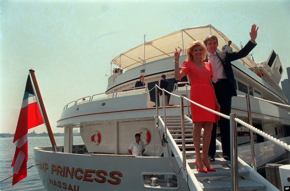 """1988年7月4日,川普和夫人伊万娜站在他的豪華遊艇""""川普公主號""""旁邊。 川普用3000萬美元買下了文萊蘇丹的這艘將近有300英尺的遊艇。"""