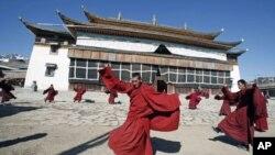 藏族僧人在四川一座寺庙前起舞
