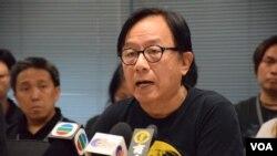 進步教師同盟成員韓連山表示,香港教育局今年新出版的基本法教材,內容疑似來自北京去年公佈的《一國兩制白皮書》。( 美國之音湯惠芸拍攝)