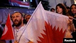 ترکی کے شہر استنبول میں گزشتہ ماہ قطر کی حمایت میں ہونے والے ایک مظاہرے کی تصویر (فائل فوٹو)