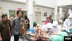Wakil Gubernur Jawa Timur Saifullah Yusuf saat mengunjungi RSU dr. Soetomo Surabaya didampingi Dr. Dodo Anando MPH (Foto: VOA/Petrus)