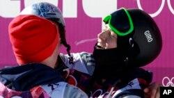 Joss Christensen, derecha, de Estados Unidos, y su compatriota Gus Kenworthy, celebran sus medallas de oro y plata respectivamente en el ski alpino.