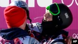 13일 남자 슬로프스타일 경기에서 금메달을 획득한 조스 크리스텐슨 미국 선수(오른쪽)가 역시 미국 선수로 은메달을 딴 니콜라스 조에퍼(왼쪽)와 함께 기뻐하고 있다.
