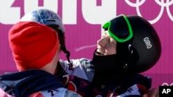 Các vận động viên Mỹ giành 3 vị trí cao nhất trong cuộc tranh tài slopestyle ở Olympic Sochi, với Joss Christensen (phải) huy chương vàng, Gus Kenworthy huy chương bạc, và Nicholas Goepper huy chương đồng.