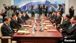 조명균 한국 통일부 장관(왼쪽 세 번째)과 리선권 북한 조국평화통일위원회 위원장(오른쪽 세 번째) 등이 참석한 가운데 지난 6월 1일 판문점 평화의집에서 '남북고위급회담'이 열렸다.