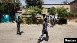 19일 이라크 바그다드 투표소 앞을 지키는 경찰들. 지방선거를 앞두고 16일 발생한 자살폭탄 공격 이후 경비가 더 삼엄해지고 있다.