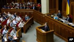 Presiden Ukraina Petro Poroshenko berbicara pada anggota parlemen Ukraina di Kyiv, 4 Juni 2015. (Foto: dok.)