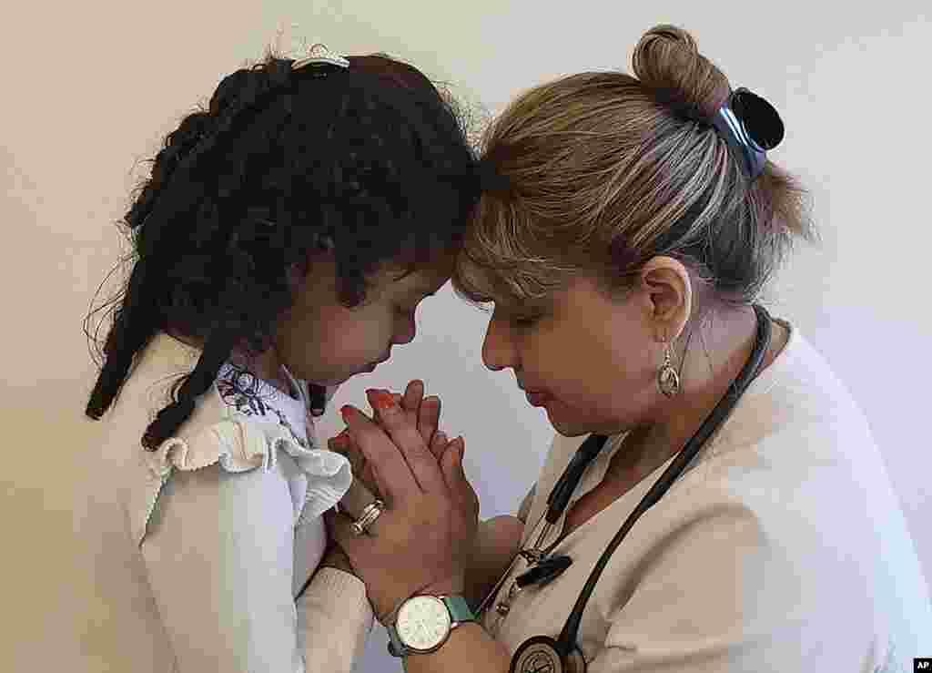 کترینا راموس، کارمند صحی در ایالت نیویارک امریکا در حال وداع با کودک چهارساله اش. نیویارک بلندترین میزان ابتلا و مرگ و میر ناشی از کروناویروس را در ایالات متحده دارد.