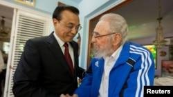 쿠바를 방문중인 리커창(왼쪽) 중국 총리가 26일 쿠바 혁명 지도자 피델 카스트로 전 국가평의회 의장과 만나 인사하고 있다.