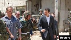 Suriye Devlet Başkanı Beşar Esat, Şam'ın güneybatısında askeri birlikleri denetliyor (arşiv)