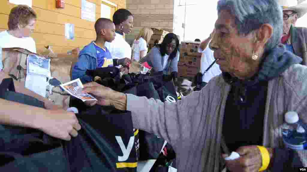 老妇人领取火鸡(美国之音国符拍摄)