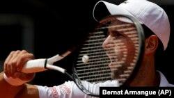 Novak Đoković u duelu sa Tejlorom Fricom u drugom kolu Mastersa u Madridu (Foto: AP/Bernat Armangue)
