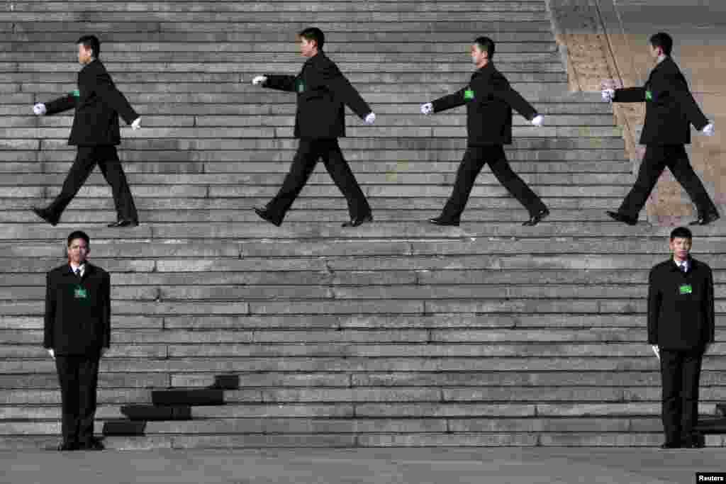 Nhân viên bảo vệ an ninh Trung Quốc trước Đại lễ đường Nhân dân.