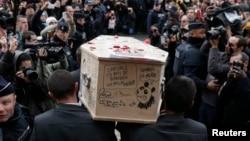 在巴黎附近,人们抬着《查理周刊》恐怖袭击事件遇难者的棺材(2015年1月15日)