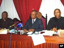 Juíz Adão Damião, centro, fortemente contestado pelos advogados de defesa