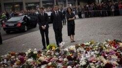 نخست وزیر نروژ (وسط) در حال ادای احترام به قربانیان بمبگذاری در اسلو و تیراندازی دسته جمعی در اردوی جوانان حزب حاکم کارگر، پیش از حضور در مراسم کلیسای جامع اسلو - ۲۴ ژوییه ۲۰۱۱