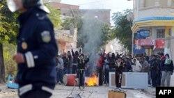 Des manifestants opposés au parti islamiste au pouvoir, Ennahda, s'affrontent avec la police a Siliana, dans le nord-ouest de Tunis, 27 novembre 2013.