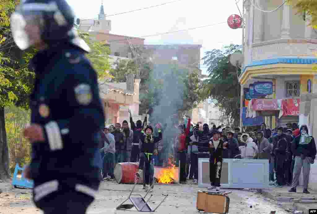 Người biểu tình chống đảng Ennahda đương quyền của Tunisia đụng độ với cảnh sát.