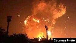 天津港港区附近发生巨大爆炸,现场火光冲天。(来源:新浪微博 2015年8月12日)