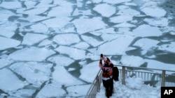 Zamrznuta reka u Čikagu (Foto: REUTERS/Pinar Istek)