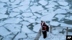 Zamrznuta rijeka u Chicagu (Foto: REUTERS/Pinar Istek)