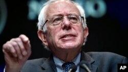 Algunas encuestas dan al senador Sanders una ventaja de 20 puntos sobre Hillary Clinton.