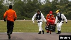 印尼搜救人員星期二將在爪哇海找到的亞航失事班機遇難者遺體移送上岸。