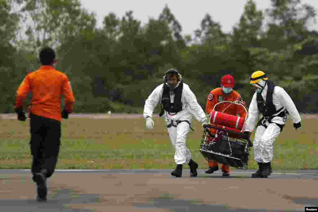 Rescue team members carry the body of a victim of AirAsia flight 8501, at Iskandar Air Base in Pangkalan Bun, Jan. 6, 2015.
