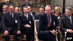 Američki izaslanik Kristofer Hil, austrijski izaslanik Volfgang Petrič i srpski zvaničnici slušaju govor tadašnjeg francuskog predsednika Žaka Širaka tokom pregovora u Rambujeu