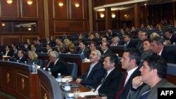 Poslanici Skupštine Kosova prate rad današnje sednice na kojoj je usvojena Rezoluciju o razgovorima Beograda i Prištine, koji su počeli u Briselu, 10. mart 2011.