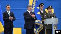 Президент України Петро Порошенко (посередині) міністр оборони Степан Полторак (праворуч) та президент Польщі Анджей Дуда (ліворуч) у Києві. 24 серпня 2016 року (ілюстраційне фото)