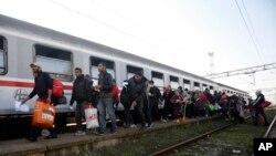 Izbeglice se ukrcavaju na voz u Šidu.