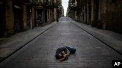 Barselonada bir kişi küçədə yatıb.