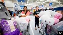 블랙프라이데이 하루 전날인 23일 미국 아칸소주 벤토빌의 월마트에서 고객들이 특가 세일 상품을 카트에 담고 있다.