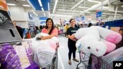 Moun ki tap achte nan magazen Walmart pandan jounen Black Friday a vandedi 24 novanm 2017 la.