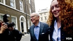 Raja media Rupert Murdoch dan mantan pemimpin redaksi News of the World, Rebekah Brooks (kanan).
